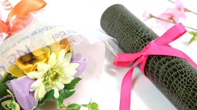 卒業証書と花