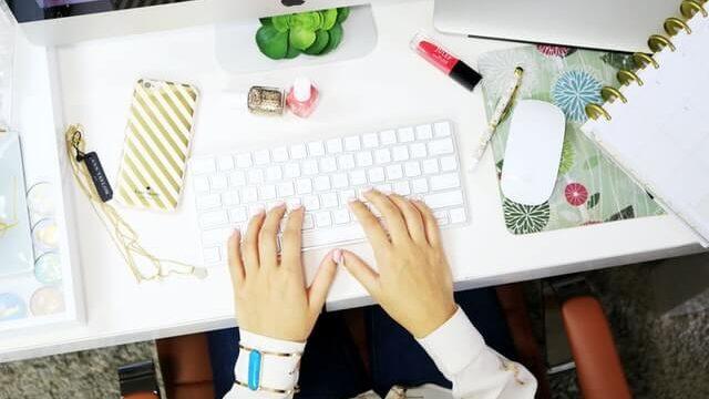 デスク作業の女性