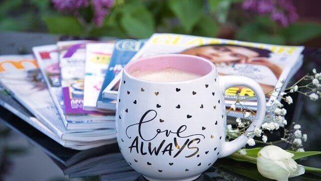 雑誌とコーヒーカップ
