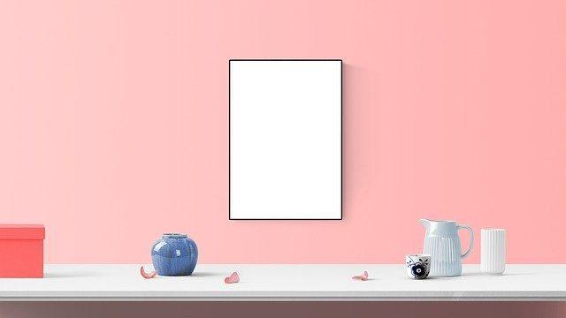 ピンクの壁の額縁