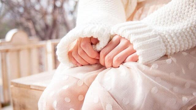 手を握り締める女性