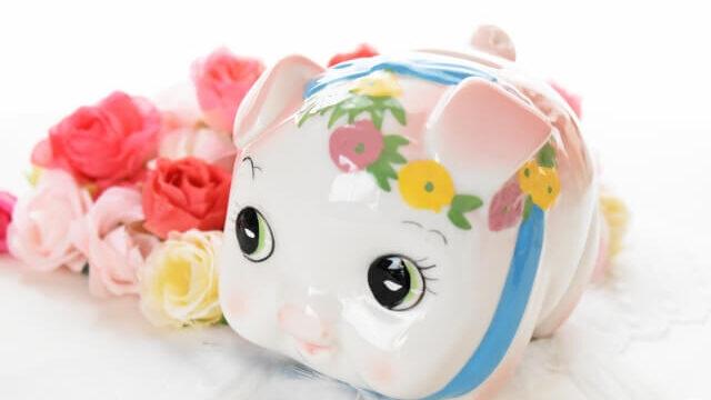 ブタの貯金箱と花